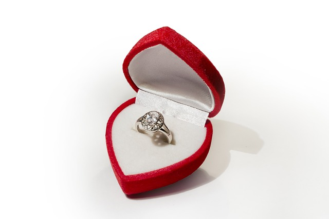 טבעת אירוסים זהב לבן עם אבן מרכזית גדולה ויהלומים קטנים מסביב באריזת מתנה יפה